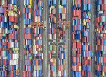 Recipiente aéreo da vista superior na exportação de espera do armazém do porto fotos de stock