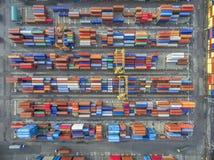 Recipiente aéreo da vista superior na exportação de espera do armazém do porto imagens de stock