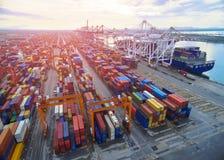 Recipiente aéreo da vista superior na exportação de espera do armazém do porto fotos de stock royalty free