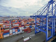 Recipiente aéreo da vista superior na exportação de espera do armazém do porto imagens de stock royalty free