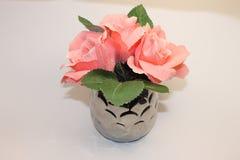 Recipiente cor-de-rosa da flor e da prata Fotografia de Stock Royalty Free