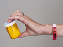 Recipiente da terra arrendada da mão de comprimidos da alergia Fotos de Stock Royalty Free