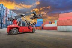 Recipiente de levantamento do caminhão do recipiente Imagem de Stock Royalty Free