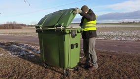 Recipiente de lixo movente do trabalhador vídeos de arquivo