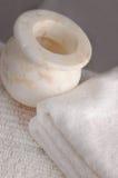 Recipiente de mármol con las toallas Fotografía de archivo
