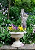 Recipiente de pedra da flor com pansies e um st da pedra Imagem de Stock Royalty Free
