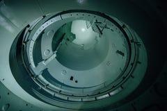 Recipiente del reactor inacabado interior de la central nuclear abandonada Vista inferior de la bóveda del metal fotografía de archivo libre de regalías
