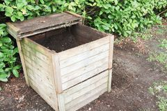 recipiente di compostaggio all'aperto di legno per il riciclaggio dei rifiuti organici del giardino e della cucina Immagine Stock Libera da Diritti