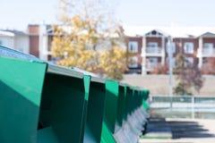 Recipiente di riciclaggio in città urbana per depositare i materiali riciclati immagine stock libera da diritti