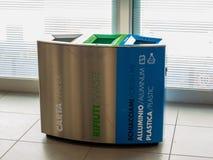 Recipiente di riciclaggio dell'aeroporto Fotografie Stock Libere da Diritti