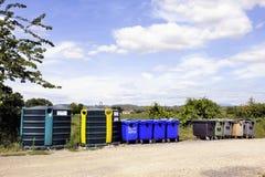 Recipiente di riciclaggio per le bottiglie e barattoli, plastica e carta Fotografia Stock