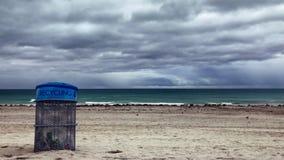 Recipiente di riciclaggio sulla spiaggia video d archivio