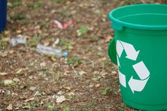 Recipiente di riciclaggio variopinto su un fondo al suolo Contenitori per il riciclaggio dell'immondizia Ambiente, ecologia, rici Immagini Stock Libere da Diritti