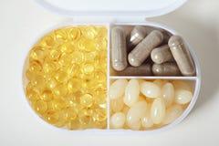 Recipiente do suplemento com comprimidos Fotografia de Stock Royalty Free