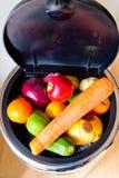 Recipiente e coperchio in pieno di frutta e delle verdure Fotografie Stock Libere da Diritti