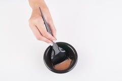 Recipiente e escova da tintura de cabelo imagens de stock
