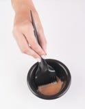 Recipiente e escova da tintura de cabelo foto de stock royalty free