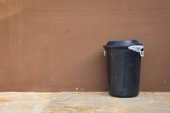 Recipiente e parete neri sulla strada Fotografie Stock