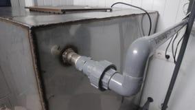 Recipiente enorme do metal de um sistema da purificação de água video estoque