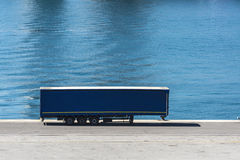 Recipiente estacionado no porto Fotos de Stock