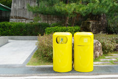 Recipiente giallo, recipienti di riciclaggio Immagine Stock