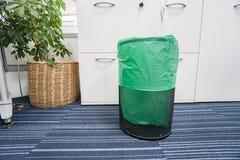 Recipiente inossidabile con il sacchetto di plastica verde in ufficio fotografia stock libera da diritti
