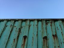 Recipiente oxidado contra o céu azul claro fotografia de stock royalty free