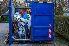 Recipiente para residuos abultado grande, lleno de basura, reciclando concepto, conciencia del ambiente imagenes de archivo