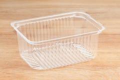 Recipiente plástico para gêneros alimentícios Isolado em de madeira fotos de stock royalty free