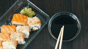 Recipiente plástico transparente com variedade de rolos de sushi da culinária japonesa nacional video estoque