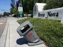 Recipiente pubblico deforme dei rifiuti immagini stock libere da diritti