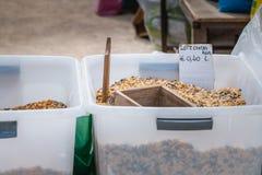 Recipiente in serie del cereale su un mercato di strada nel Portogallo fotografia stock