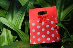 Recipiente vermelho e branco do presente do às bolinhas imagem de stock royalty free