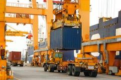 Recipientes da carga do guindaste da costa no navio do frete Imagem de Stock