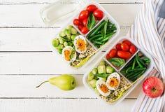 Recipientes da preparação da refeição do vegetariano com ovos, couves-de-Bruxelas, os feijões verdes e o tomate fotos de stock royalty free