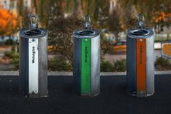 recipientes de alumínio Multi-coloridos para a coleção separada do gla fotografia de stock royalty free