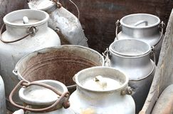 Recipientes de alumínio para levar o leite fresco em explorações agrícolas Fotos de Stock Royalty Free