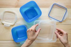 Recipientes de armazenamento plásticos vazios do alimento o conceito do armazenamento a longo prazo dos produtos imagens de stock royalty free
