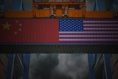 Recipientes de carga com a bandeira do chinês e do Estados Unidos fotos de stock royalty free