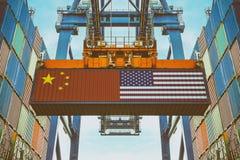 Recipientes de carga com a bandeira do chinês e do Estados Unidos foto de stock royalty free