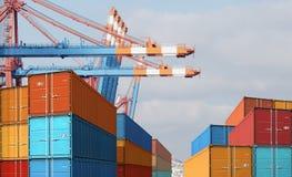 Recipientes de carga da importação da exportação no porto fotografia de stock royalty free