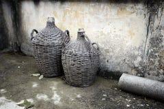Recipientes de cristal antiguos para la vid y el rakija en la isla de Hvar- Croatia Foto de archivo libre de regalías