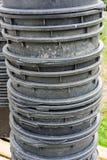 Recipientes de jardinagem do plástico grande empilhados em se Imagem de Stock