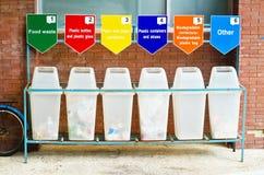6 recipientes de lixo para a separação do lixo Fotografia de Stock Royalty Free