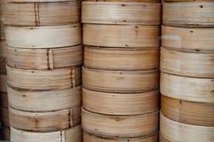 Recipientes de madeira do cha de bambu do dim sum yum fotografia de stock