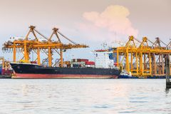 Recipientes de trabalho da carga do transporte da autoridade portuária fotografia de stock royalty free