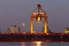 Recipientes de trabalho da carga do transporte da autoridade portuária imagem de stock