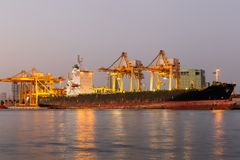 Recipientes de trabalho da carga do transporte da autoridade portuária foto de stock royalty free