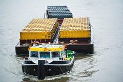 Recipientes de transporte do barco do reboque Fotografia de Stock