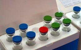 Recipientes de vidro para a instalação das amostras em um laboratório químico foto de stock royalty free